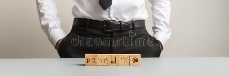 Cinque cubi di legno con i simboli di comunicazione su loro fotografie stock libere da diritti