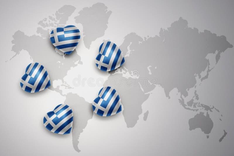cinque cuori con la bandiera nazionale della Grecia su un fondo della mappa di mondo illustrazione di stock