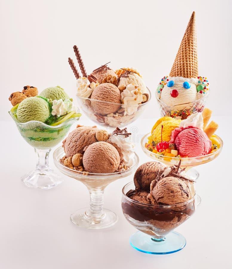 Cinque dessert alla panna deliziosi del ghiaccio immagini stock libere da diritti