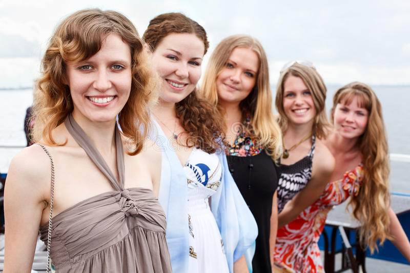 Cinque giovani belle donne nella riga immagini stock libere da diritti