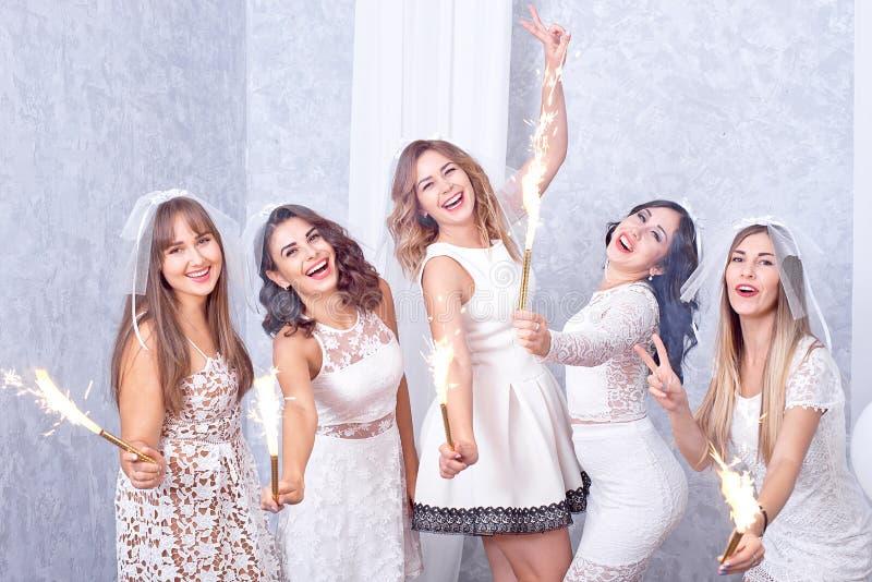 Cinque giovani donne alla moda felici che celebrano fotografia stock