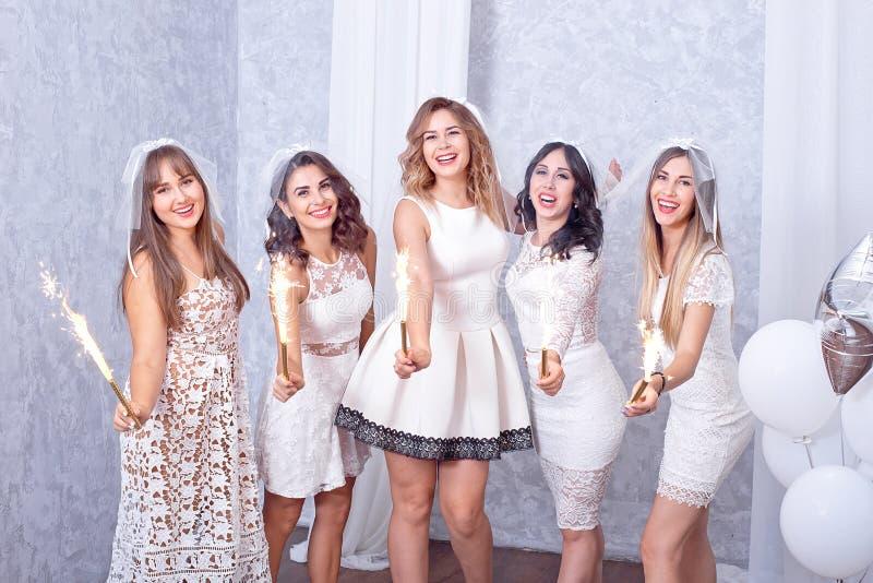 Cinque giovani donne alla moda felici che celebrano immagine stock