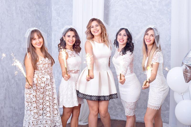 Cinque giovani donne alla moda felici che celebrano immagini stock libere da diritti