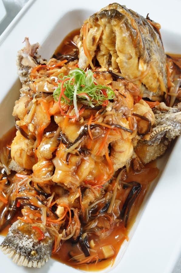 Cinque ingredienti affettati fritti in grasso bollente con il pesce agrodolce fotografia stock