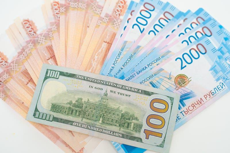 Cinque mila rubli e cento dollari closeup immagine stock
