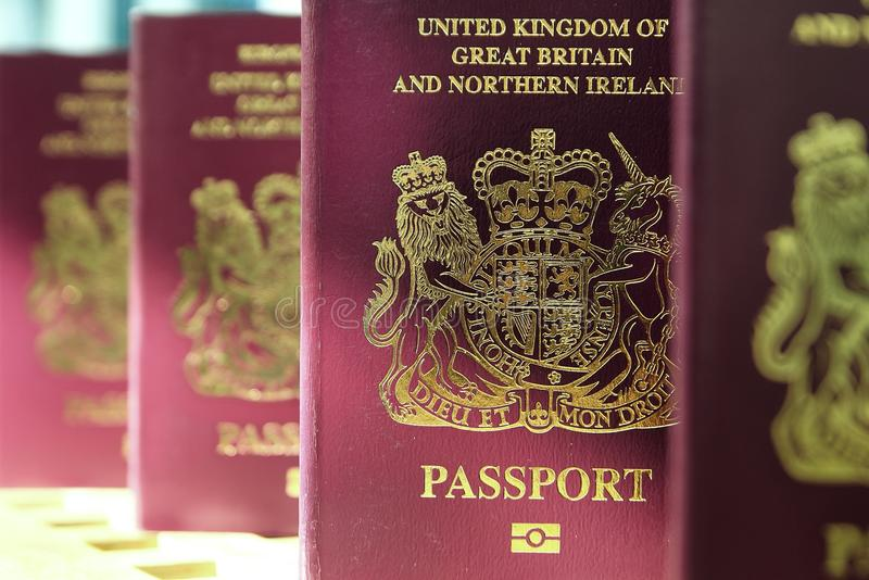 Cinque passaporti biometrici s dell'Unione Europea di Britannici Regno Unito immagine stock