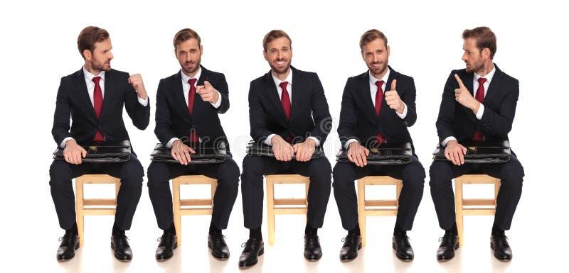 Cinque pose della stesse seduta ed attesa dell'uomo d'affari immagini stock