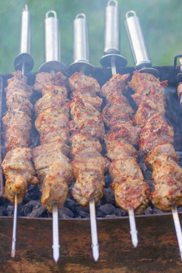Cinque spiedi con i bei pezzi del kebab fragrante immagini stock