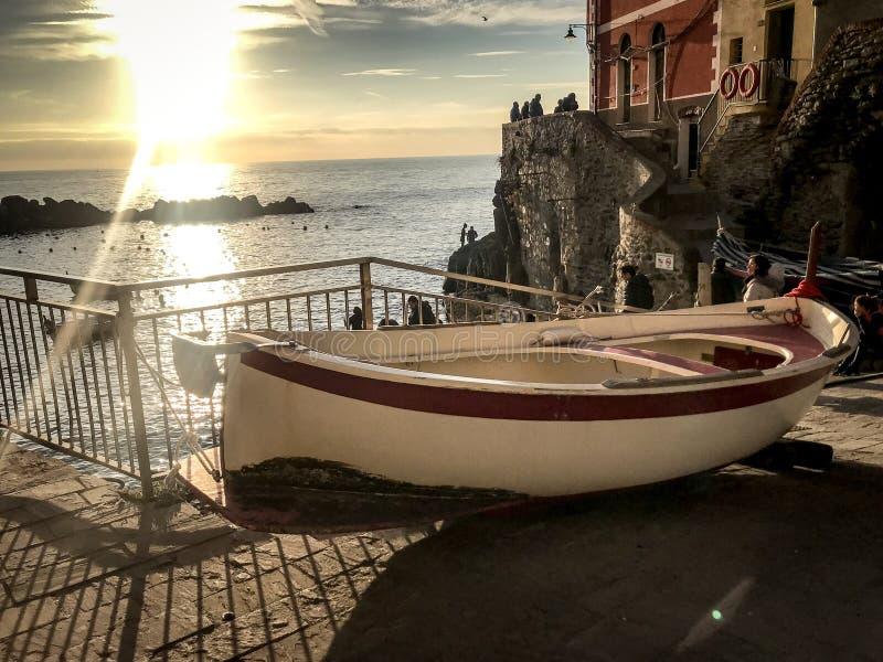 Cinque Terra, Italy_ łódź przy zmierzchem fotografia royalty free