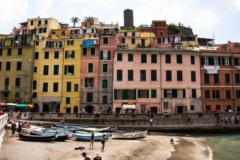Cinque Terre, Itália 12 de maio de 2018 Construções coloridas do terre do cinque, no italiano Toscânia Barcos de pesca numerosos  imagens de stock royalty free