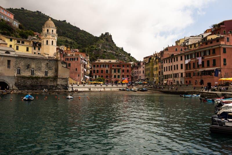 Cinque Terre, Itália 12 de maio de 2018 Construções coloridas do terre do cinque, no italiano Toscânia Cidade do turista na costa fotos de stock royalty free