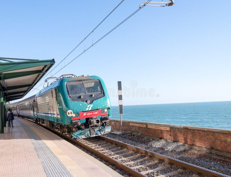 CINQUE TERRE, ITALIE - 7 AVRIL 2013 : Train le long de côte italienne photo stock