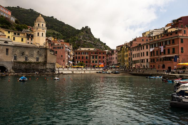 Cinque Terre, Italie 12 mai 2018 Bâtiments colorés de terre de cinque, en italien Toscane Ville de touristes sur la côte photos libres de droits