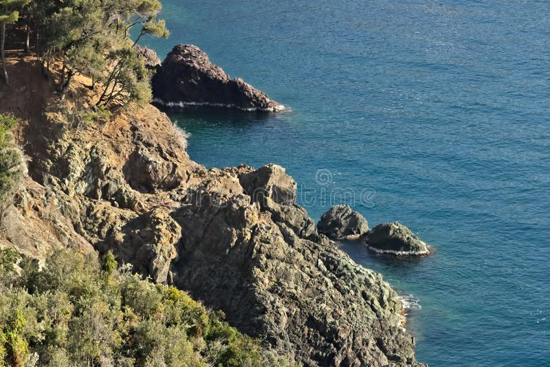 Cinque Terre, Liguria, turista que lleva del transbordador de Italy Rocas que pasan por alto el mar azul fotografía de archivo libre de regalías