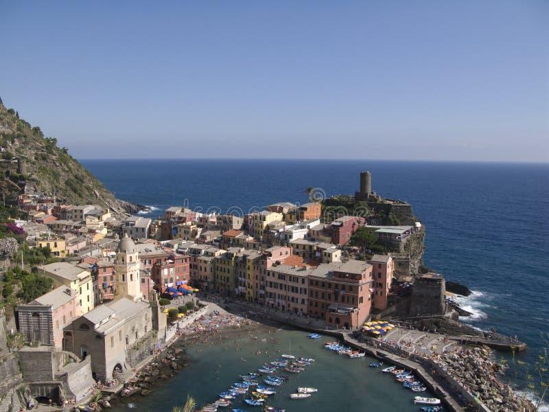 Cinque Terre, Vernazza, Stadtbild und Ligurier-Meer stockfotos