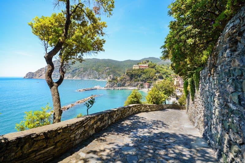 Cinque Terre: Wandelingssleep aan Monterosso-al Merrie in de vroege zomer, Ligurië Italië royalty-vrije stock afbeeldingen