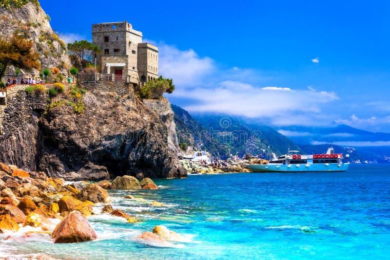 Cinque terre wioski, Monterosso al klacz, widok z kasztelem i morze, zdjęcie stock