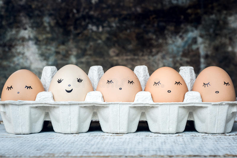 Cinque uova di gallina organiche con i fronti svegli, bio- prodotti fotografie stock libere da diritti