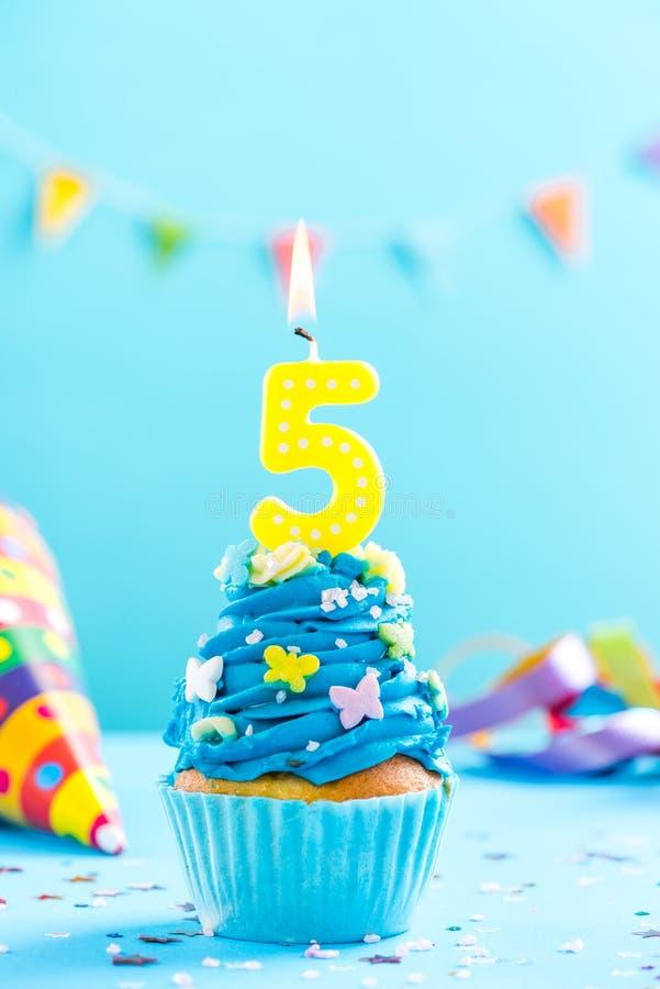 Cinquième 5ème petit gâteau d'anniversaire avec la bougie Maquette de carte photos libres de droits