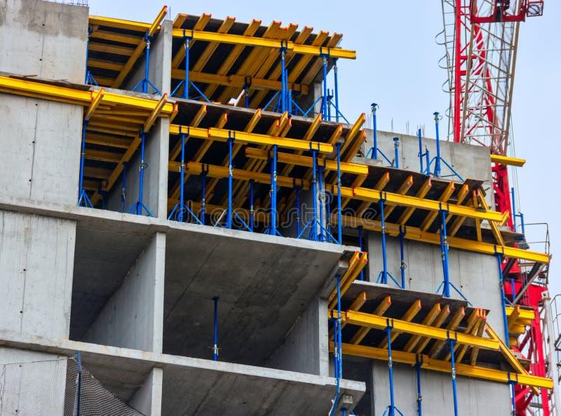 Cinstruction οικοδόμησης μονόλιθων με το multi-volume εγκιβωτισμό εγκατεστημένο στοκ εικόνα με δικαίωμα ελεύθερης χρήσης