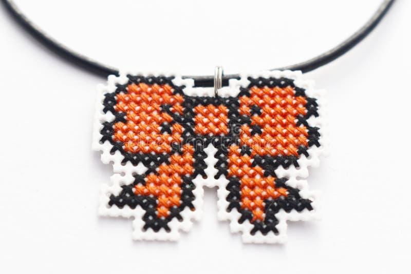 Cinta anaranjada del collar cruzado hecho a mano de la puntada fotos de archivo libres de regalías