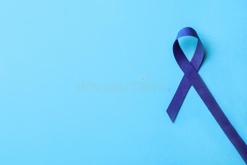 Cinta azul de la conciencia en el fondo del color, visión superior Símbolo de problemas sociales y médicos fotografía de archivo