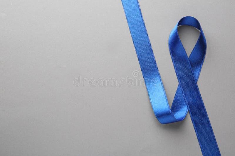 Cinta azul de la conciencia en la visión gris, superior con el espacio para el texto Símbolo de problemas sociales y médicos imagenes de archivo