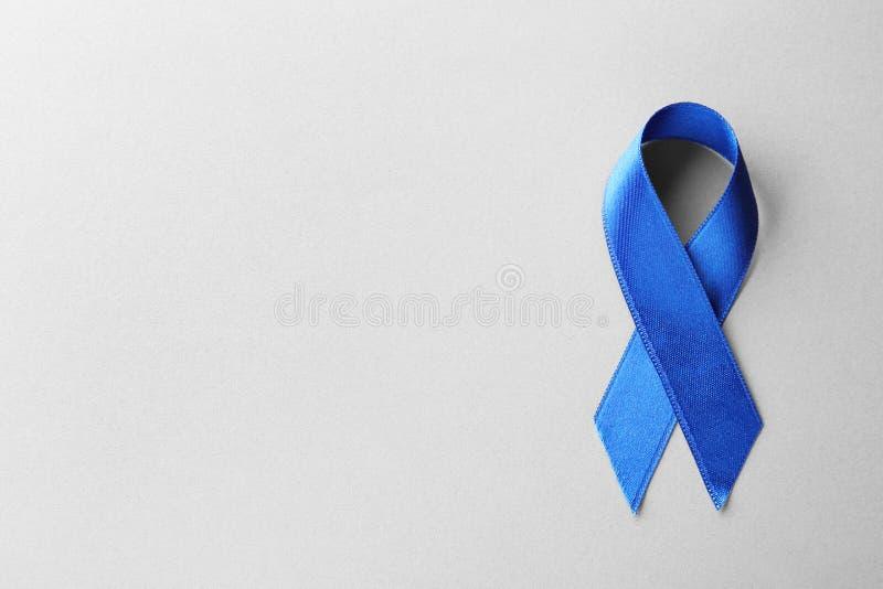 Cinta azul de la conciencia en la visión gris, superior con el espacio para el texto Símbolo de problemas sociales y médicos imagen de archivo libre de regalías
