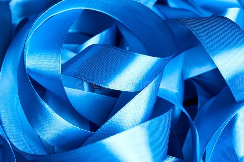 Cinta azul de la tela de satén como fondo romántico abstracto imagen de archivo