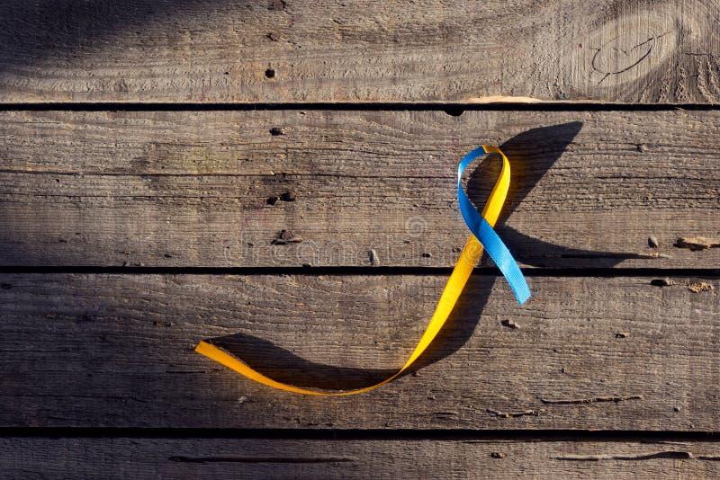 Cinta azul y amarilla como símbolo del día de Síndrome de Down fotos de archivo libres de regalías