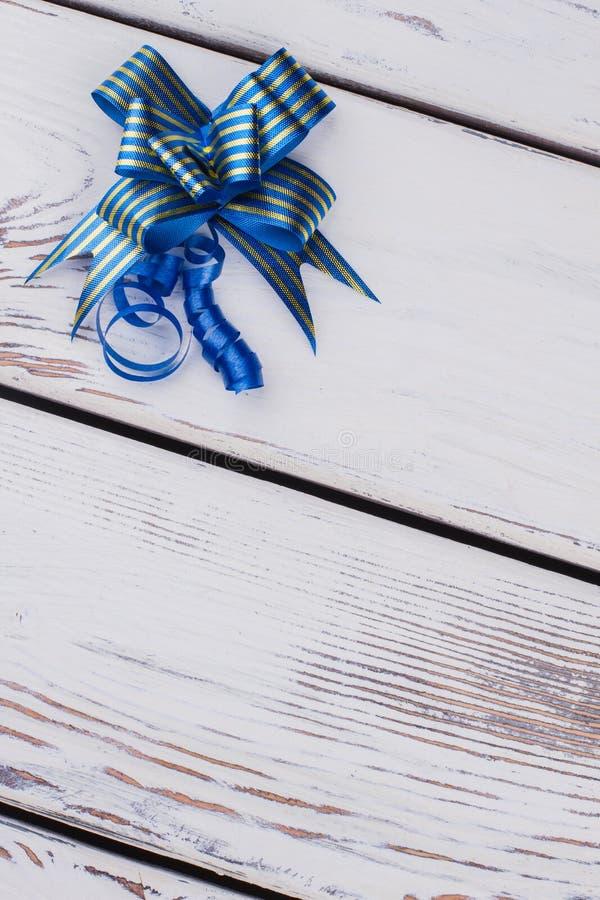 Cinta azul y arco decorativos fotografía de archivo libre de regalías