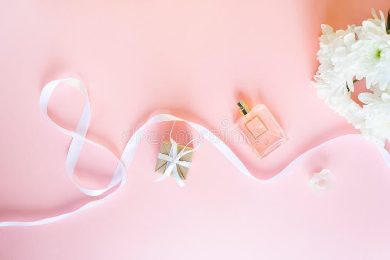 Cinta blanca de la celebración del regalo en forma de 8 dígitos sobre fondo rosado fotos de archivo libres de regalías