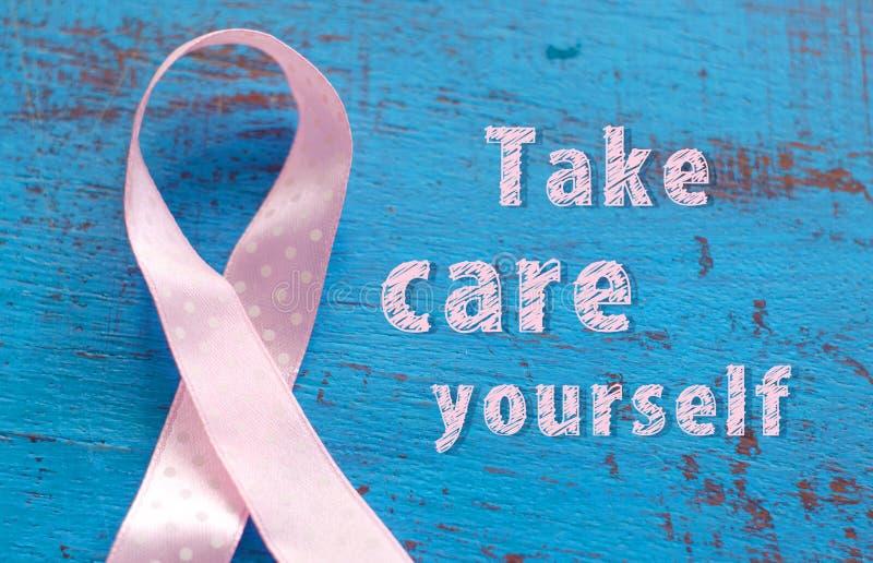 Cinta de la conciencia del cáncer de pecho en el fondo de madera azul foto de archivo libre de regalías