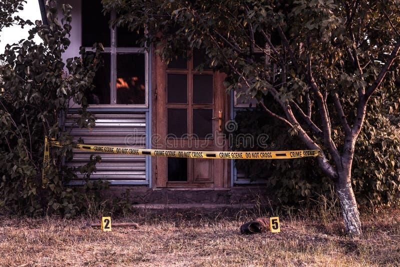 Cinta de la escena del crimen cerca de la casa fotos de archivo libres de regalías