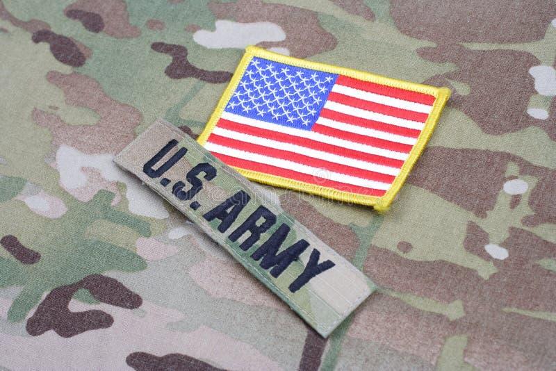 Cinta de la rama del EJÉRCITO DE LOS EE. UU. con el remiendo de la bandera en el uniforme del camuflaje fotos de archivo