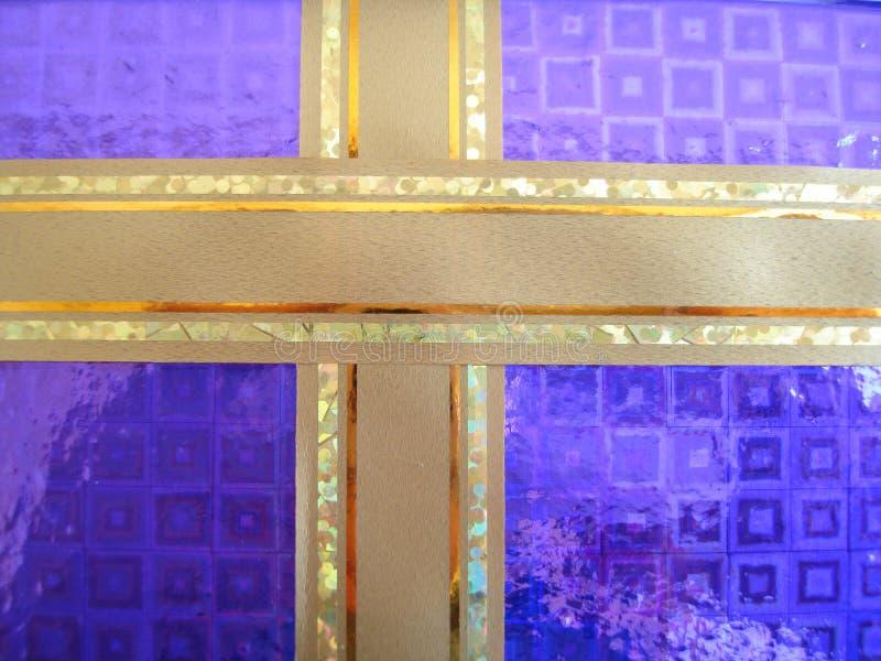 Cinta de oro en un arqueamiento violeta sobre un fondo blanco fotografía de archivo