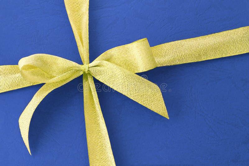 Cinta del arqueamiento en el rectángulo de regalo azul foto de archivo libre de regalías