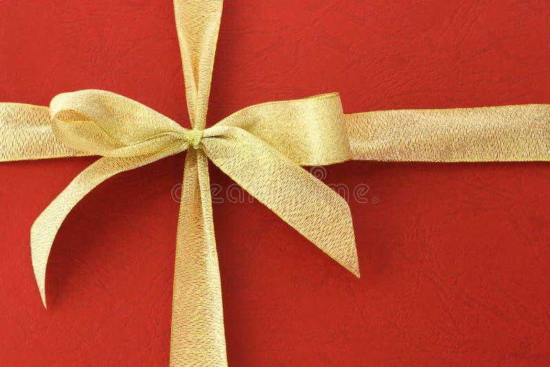Cinta del arqueamiento en el rectángulo de regalo rojo foto de archivo libre de regalías