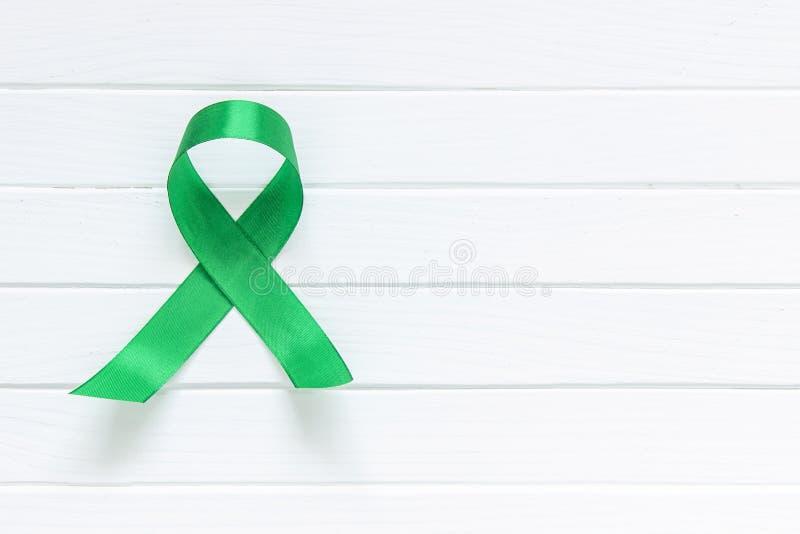 Cinta del verde lima en el fondo de madera blanco, día de la salud mental del mundo fotos de archivo libres de regalías
