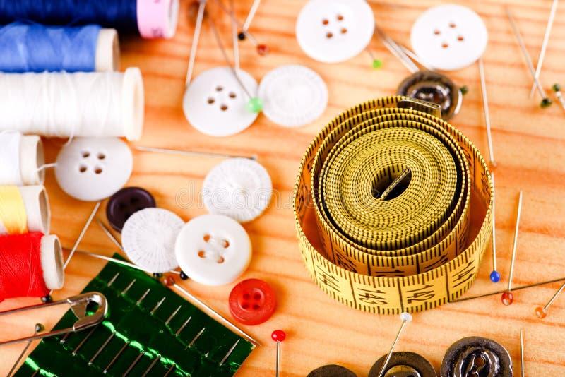Cinta métrica con los accesorios en el tablero de madera fotografía de archivo libre de regalías