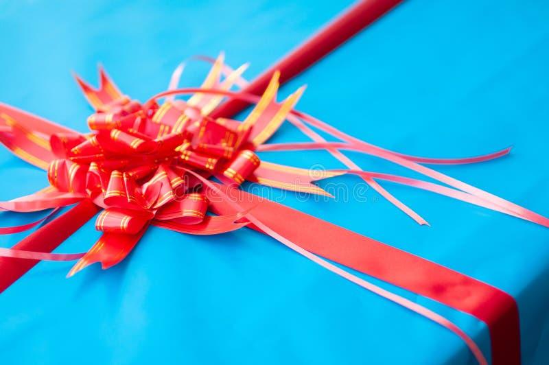 Cinta roja en presente de la caja azul imagen de archivo libre de regalías
