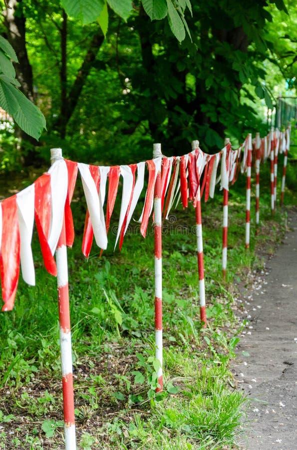 Cinta roja y blanca de la barrera que bloquea la manera foto de archivo