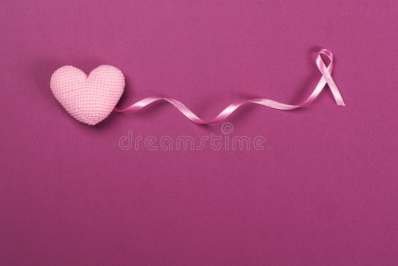 Cinta rosada del cáncer de pecho con el corazón del rosa de la decoración imagen de archivo