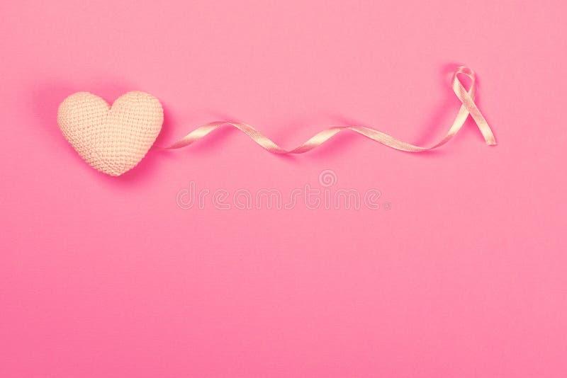 Cinta rosada del cáncer de pecho con el corazón del rosa de la decoración imagenes de archivo