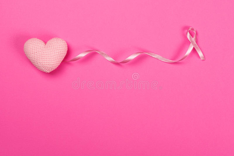 Cinta rosada del cáncer de pecho con el corazón del rosa de la decoración foto de archivo