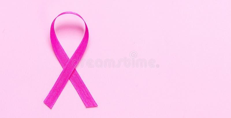 Cinta rosada del color contra fondo rosado en colores pastel Conciencia del cáncer de pecho imagenes de archivo