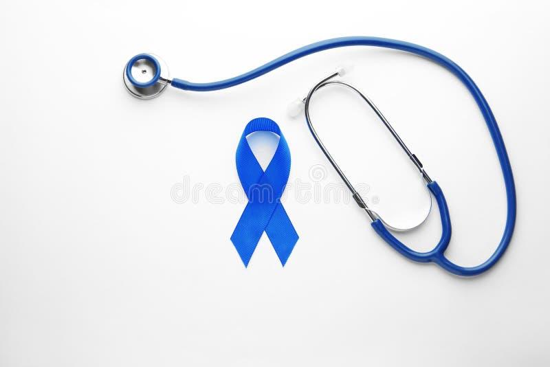 Cinta y estetoscopio azules de la conciencia en la visión blanca, superior Símbolo de problemas médicos fotografía de archivo