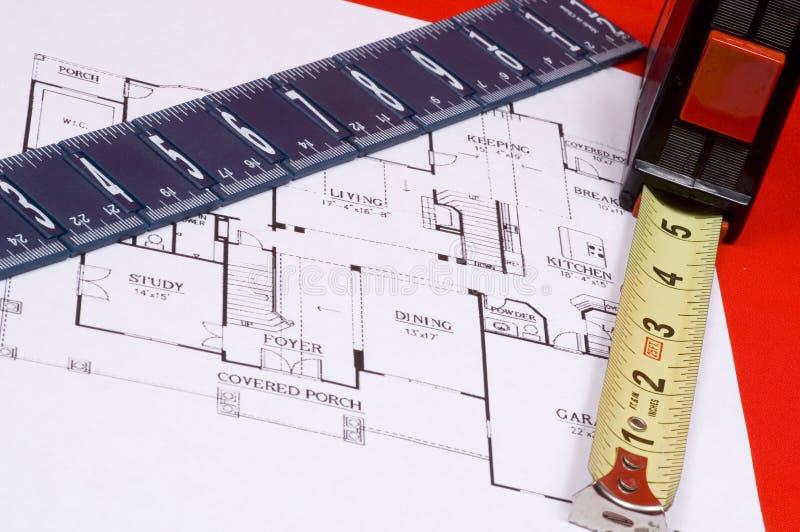Cinta y regla de medición en la casa floorplan fotos de archivo