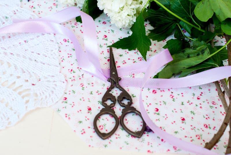 Cinta y tijeras de la lila de la rama imágenes de archivo libres de regalías