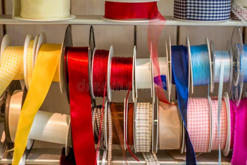 Cintas brillantes coloridas del envoltorio para regalos - 1 foto de archivo